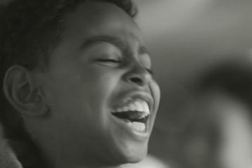 ילד צוחק