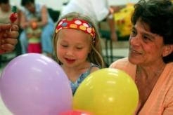 """עו""""ס נטאשה קורץ וילדה שגדלה בבית הסבים לאחר שהתייתמה מאם ואב"""