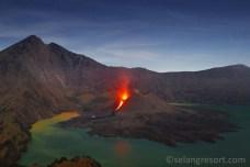 Výbuch sopky Mt.Barujari v masivu Mt.Rinjani na Lomboku
