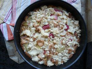 Rührteig mit Marzipan, belegt mit süßsaurem Rhabarber und getoppt mit leckeren Marzipan-Streuseln.