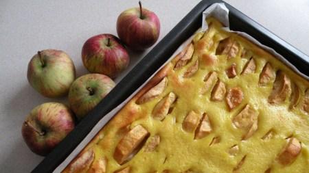 Säuerliche Äpfel auf feinem Mürbteig in einem Bett aus süßem Eierguss.