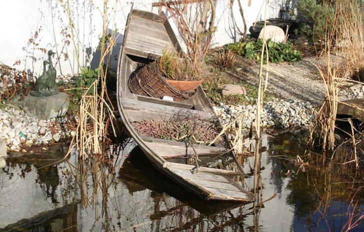 Gestrandetes Boot als Gestaltung eines Gartenteichs