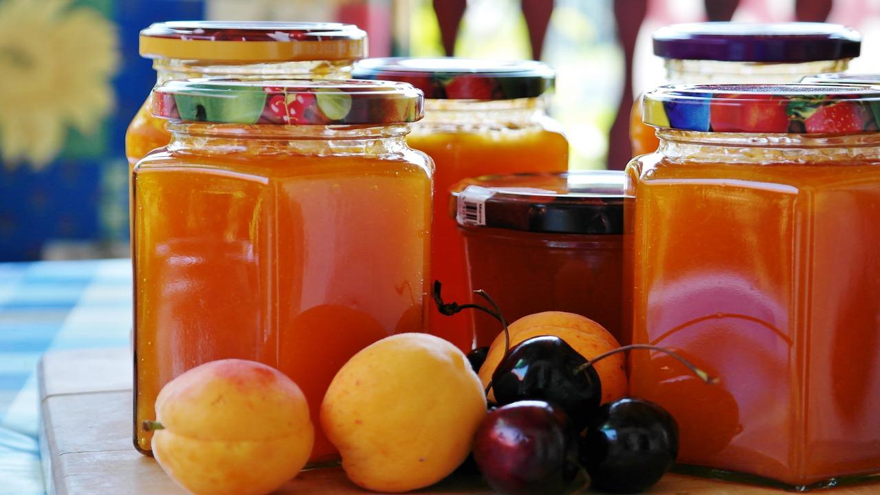 Marmeladegläser und Früchte