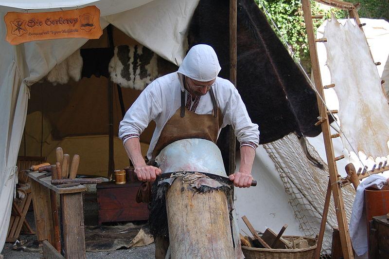 Historischer Gerber bei der Arbeit am Scherbaum