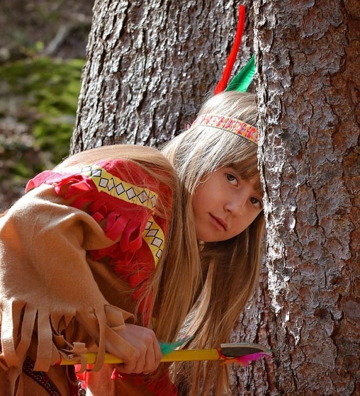 Spielendes Mädchen als Indianer verkleidet
