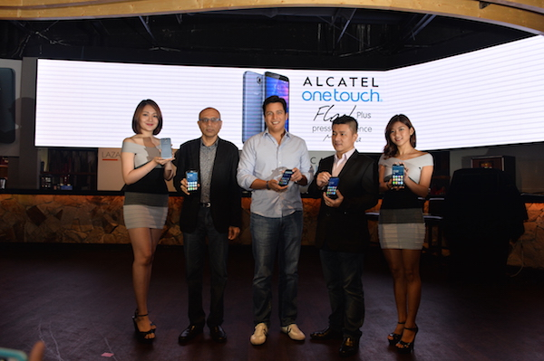 (L-R) Model, Yogi Babria, Ecommerce Operations Director, Hans Peter-Ressel, CEO of Lazada Malaysia, KL Kong, Country Manager of Alcatel Malaysia, Model