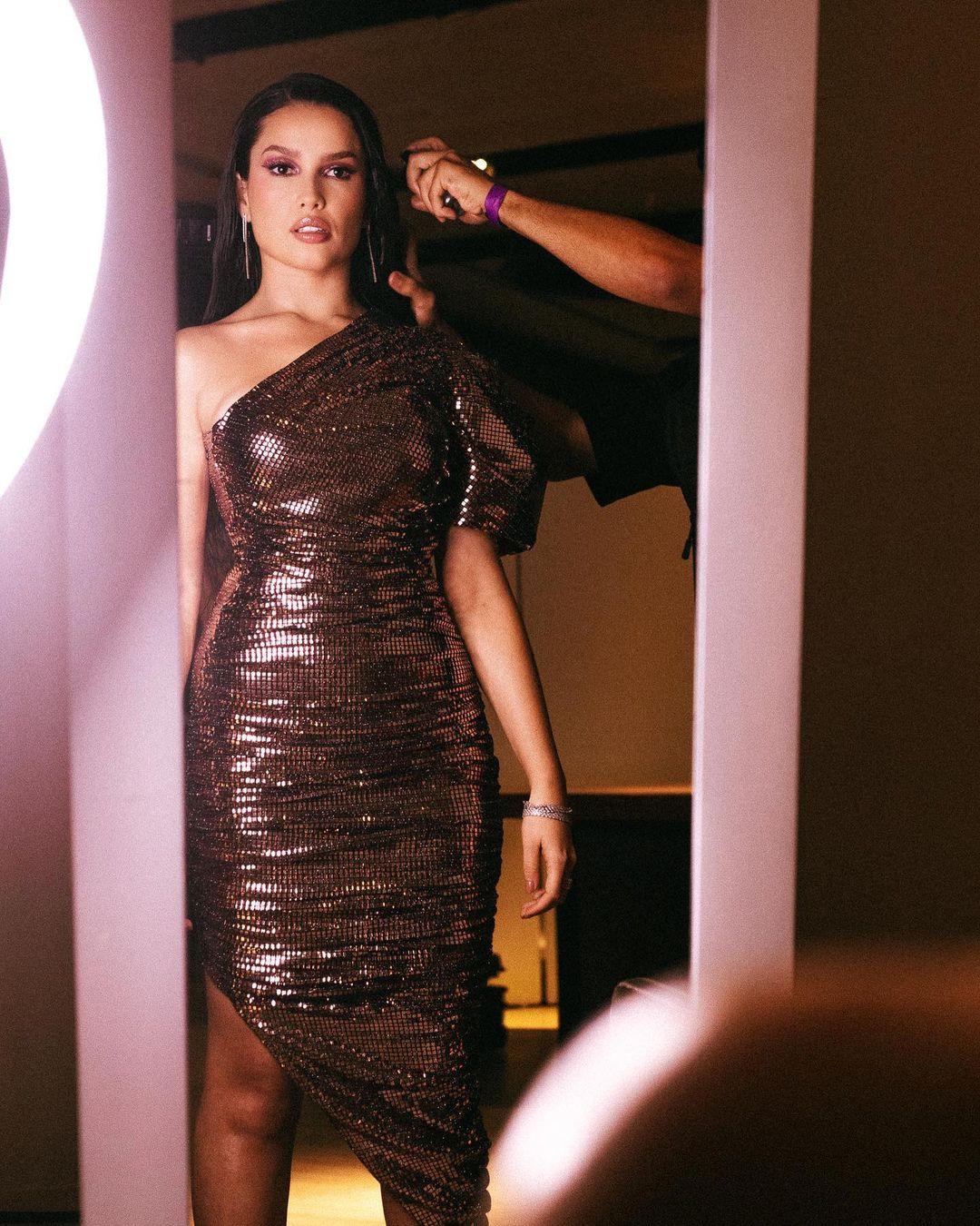 Look de Juliette com vestido com muito glamour e na altura dos joelhos, com brilho - 04