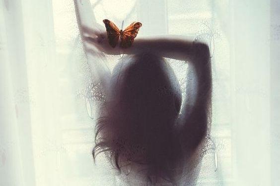 mujer-con-mariposa