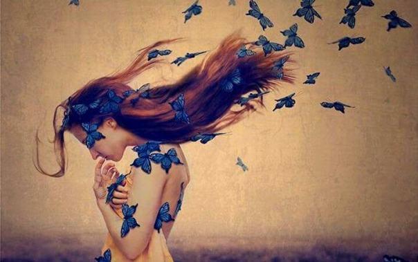 mujer-con-mariposas-azules-en-el-cabello