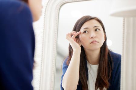 目の下のシワに悩む女性の画像