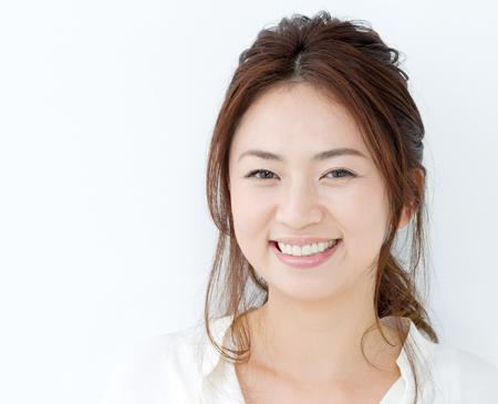 笑顔が美しい女性の画像