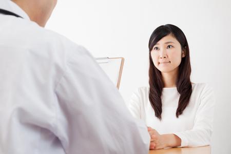くまをなくす治療を受ける女性の画像