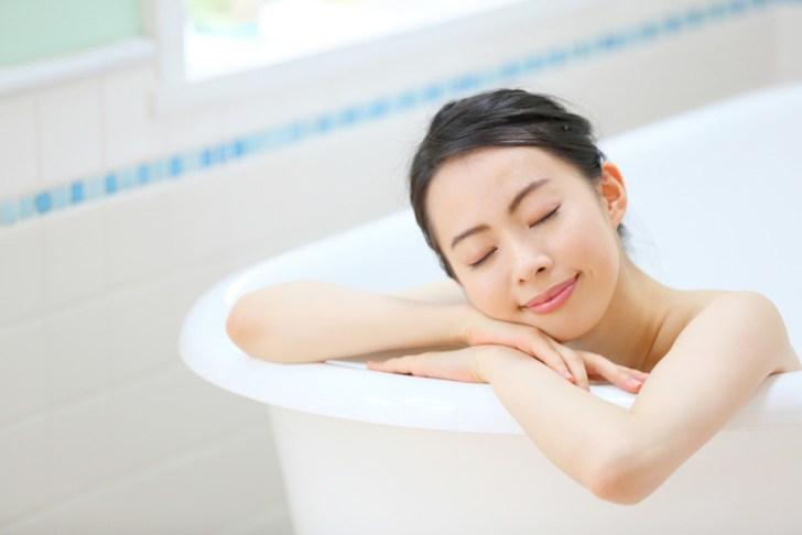 クマ改善に半身浴をしている女性の画像