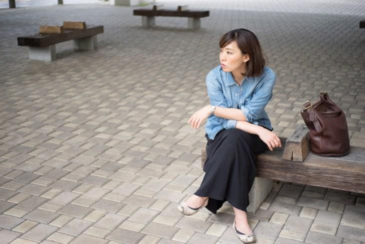 足を組む女性の画像