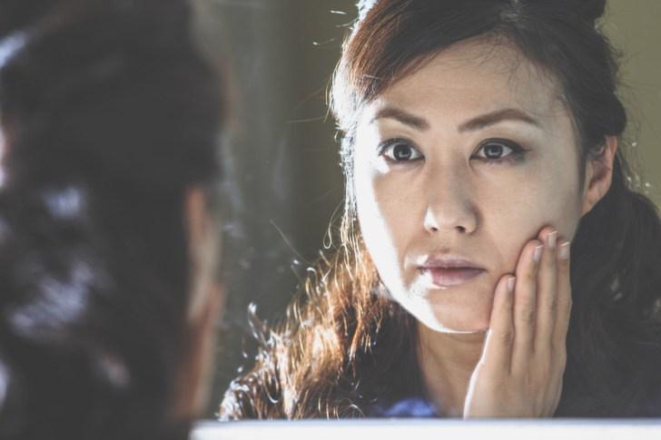 顔のたるみがひどい女性の画像