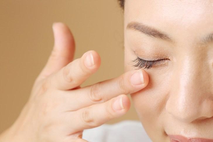 目の下のくぼみを解消する方法の解説画像