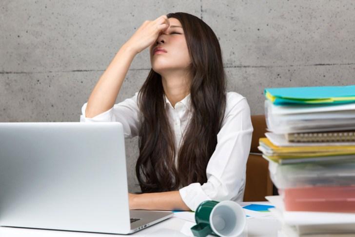 眼精疲労に悩む女性の画像