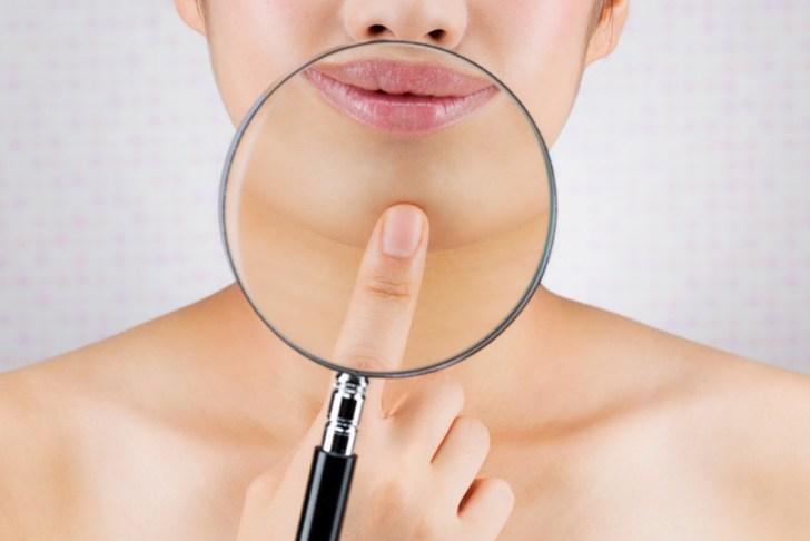 顎のザラザラが気になる女性の画像
