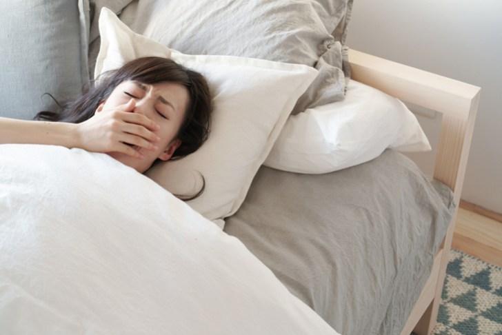 高い枕で寝る女性の画像