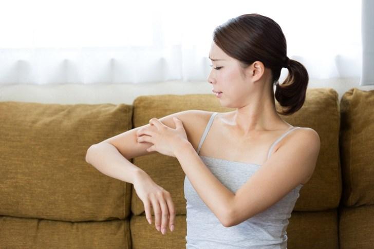 肌荒れがアレルギーが原因になっている女性の画像