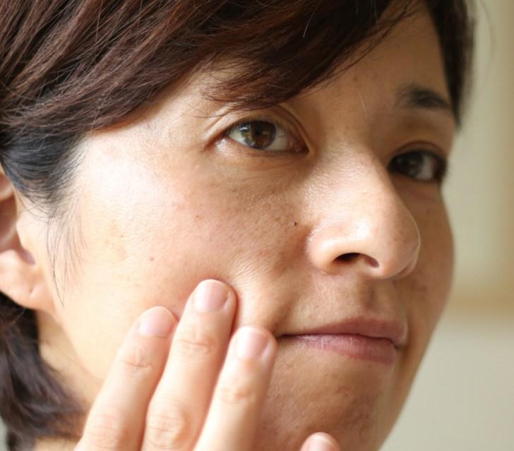 肌にくすみがある女性の画像