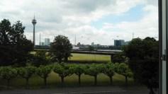 Blick aus dem Fenster des großen Tagungsraums auf Rheinauen und Schiffe
