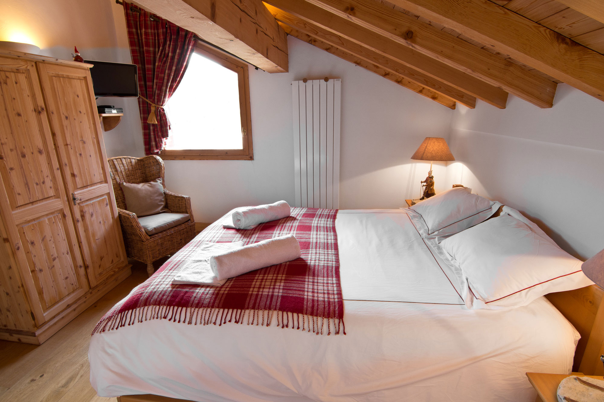 Master bedroom in luxury ski-in ski-out chalet 3 valleys
