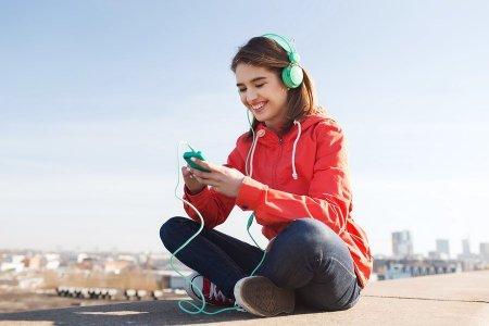 bigstock-technology-lifestyle-and-peop-92265983-min