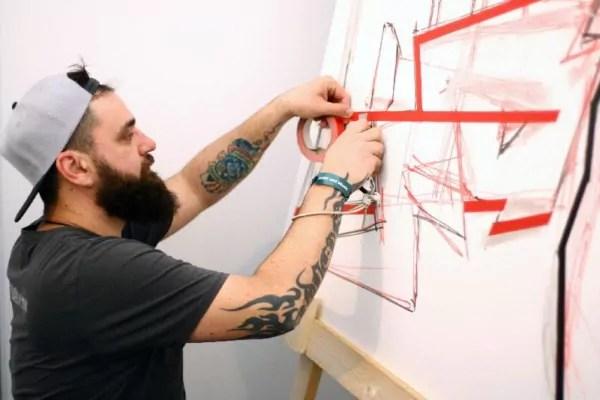 Wie entsteht Tape Art- Ostap bei der Arbeit