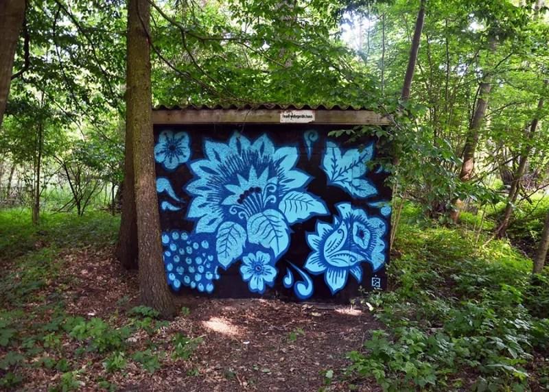 Blaues Khokhloma Muster- Ein Graffiti im Wald-2014