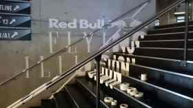 Seitenaufnahme-Anamorphose-Tape-Art-Installation-Red Bull-Flying-Steps-Show-Zürich-Ostap-2015