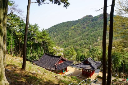 Temples and hermitages were dotted around the forest on Muhaksan (and every other Korean mountain).