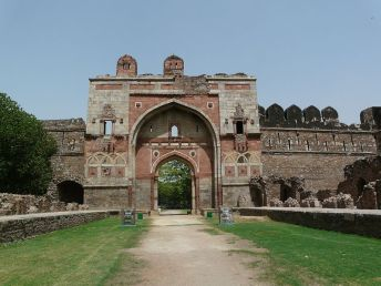 Sher_Shah_Gate,_with_ruins_along_approach
