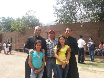 Con sus hermanas y padre