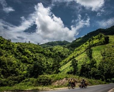 Les reliefs du nord Laos n'échappent pas à la règle : plus ça grimpe, plus c'est beau. C'est partout pareil. Comme disent les Laotiens : « Same same » !