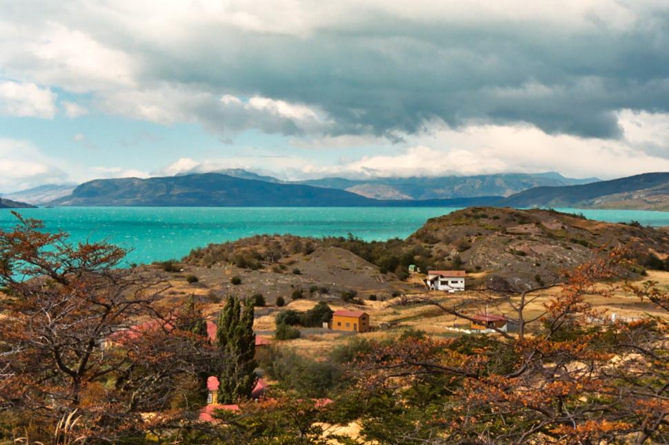 Foto van een azuurblauw meer in Torres del Paine, Patagonië.