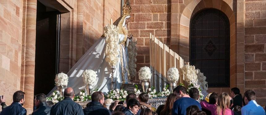 Foto del paso de palio de Ntra. Sra. de La Paz (de la Hdad. de la Santa Cena) apareciendo ante su público un Domingo de Ramos por la tarde más.