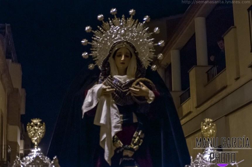 Foto nocturna de Mª Stma. del Mayor Dolor sobre sus andas, con diadema de estrellas.