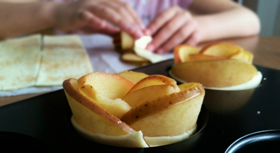 preparación rosas de hojaldre y manzana