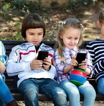 niños pequeños usando un móvil