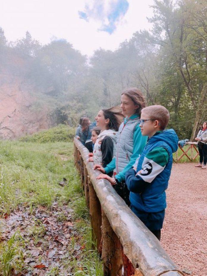Niños cascada Monasterio de Piedra