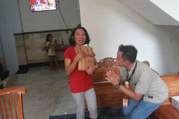 Ekspresi Ibu Nyoman Sutarsih saat diberikan hadiah oleh Tim Semeton Honda Bali Card