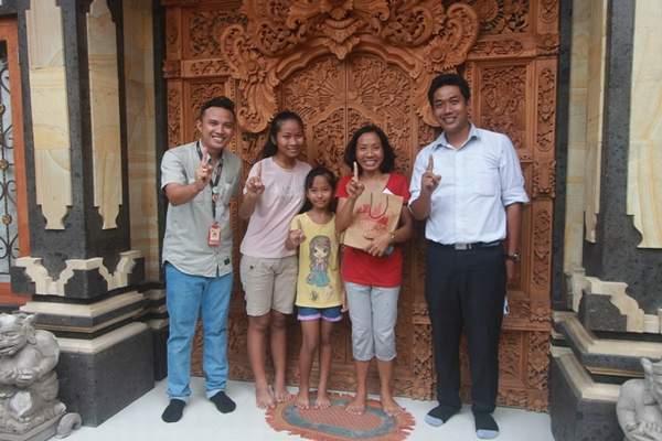 Foto bersama keluarga Ibu Nyoman Sutarsih
