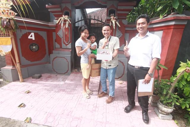 Ibu Dwi Deasy Widayanti berpose bersama Tim Semeton Honda Bali Card