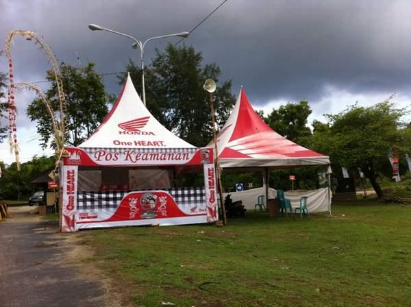 Pos Keamanan Semeton Honda Bali Card siap membantu umat yang sedang beribadah