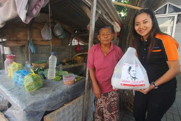 Ibu Made Darti seorang Kartini Penjual Canang yang sangat bersemangat