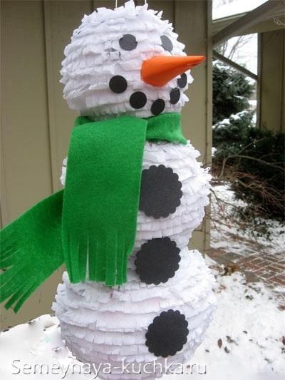Người tuyết làm bằng giấy và bóng bay