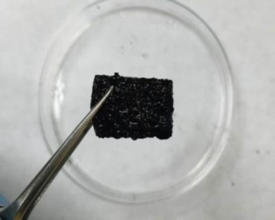 Self-repaired supergel supports its own weight after being sliced in half. (Source: UT Austin)