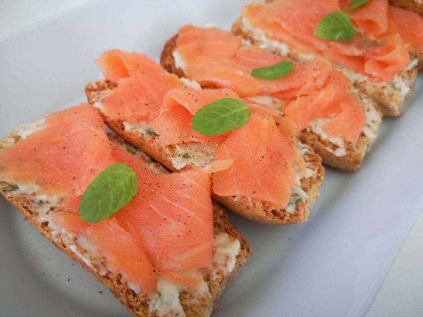 Crostini di salmone con burro e menta