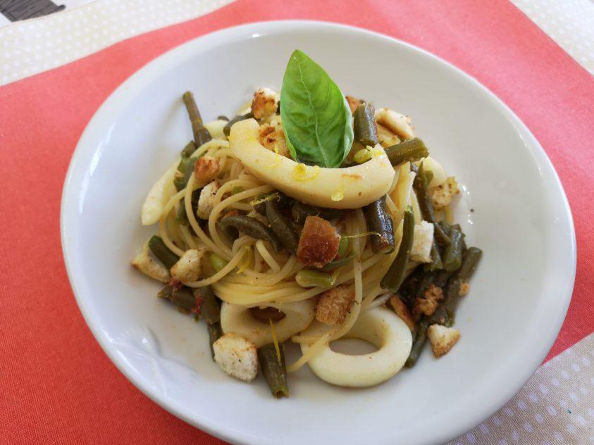 Spaghetti con fagiolino anelli di calamari e briciole di pane croccante